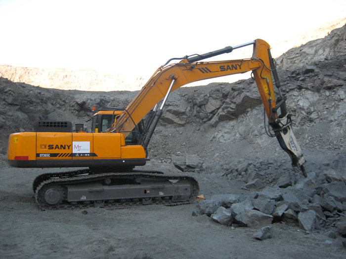 SANY SY365C in high-rigidity ore crushing project .jpg