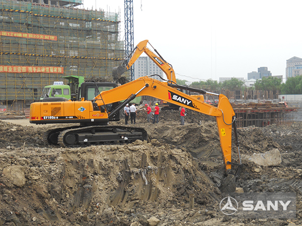 SANY SY215C medium excavators used in Qingpu's real estate project