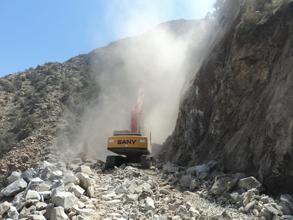 SANY 21.5 ton medium excavator SY215C used for rock breaking in mountain road construction