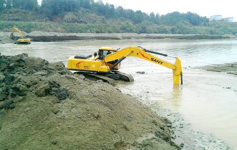 Two SANY SY135C excavators used in desilting work of Liao River