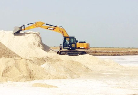 SANY 14 ton excavators used for salt application